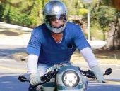 براد بيت يظهر على دراجة نارية لزيارة زوجته السابقة أنجلينا جولى.. صور