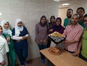صور.. مستشفى الأقصر العام يحتفل بانتهاء عمل الفريق الرابع للعزل الصحى