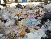سيبها علينا.. شكوى من انتشار القمامة بشارع الصيادين بالمنصورة
