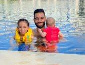 """كل سنة وأنتم طيبين.. عمرو السولية يحتفل بحلول عيد الأضحى مع أطفاله في """"البسين"""""""