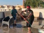 """بـ""""سيجار"""" ومساحة.. أحمد فلوكس ينظف سطح منزله ويهنئ الجمهور بالعيد.. فيديو"""