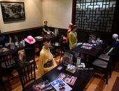 """مطعم يابانى يضع """"دمى"""" على الطاولات من أجل التباعد الاجتماعى بين زبائنه.. صور"""
