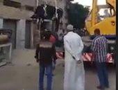 بالفيديو.. رواد مواقع التواصل يتداولون مقطع فيديو رفع بقرة بشاحنة الأثقال