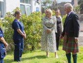 أمير ويلز يرتدى الزي الأسكتلندى التقليدى خلال زيارة لمستشفى.. صور