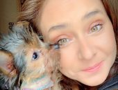 الابتسامة منورة وشها.. نيللى كريم فى أحدث ظهور لها بصورة مع كلبها الصغير