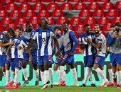 بورتو بتسعة لاعبين يقهر بنفيكا بثنائية ويتوج بكأس البرتغال.. فيديو