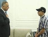 رئيس وزراء العراق يستقبل فتى حادثة التعذيب على يد الأمن ويتكفل بدراسته.. صور