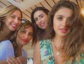 اضحك للصورة تطلع حلوة.. ياسمين عبد العزيز برفقة أصدقائها في عيد الأضحى