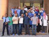 صور.. مستشفى الأقصر العام تحتفل بخروج آخر حالتين كورونا ونهاية العزل رسميا