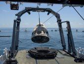 """استخراج كبسولة الفضاء """"كرو دراجون"""" من البحر قبالة سواحل فلوريدا"""