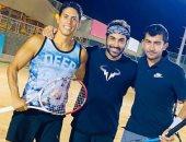 أحمد فهمي يشارك جمهوره صورة مع أصدقائه خلال ممارسته رياضة التنس
