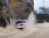 فيديو.. إنقاذ ثلاثة مسافرين حاصرت سيارتهم الفيضانات فى الصين