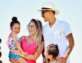 روبرتو فيرمينو مهاجم ليفربول مع بناته على شاطىء البحر.. صور وفيديو
