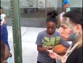 رابر أمريكى يوزع أموالا على جمهوره فى شوارع نيويورك.. اعرف الحكاية