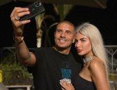 محمد زيدان يلتقط صورة سيلفى مع زوجته ويوجه لها رسالة رومانسية