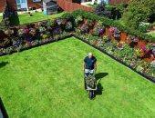رجل مسن يحول حديقة منزله المتواضعة لأعجوبة بالأزهار المعلقة.. صور