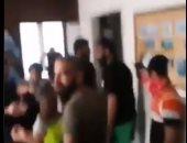 فيديو وصور للحظة اقتحام متظاهرون لبنانيون مقر وزارة الأشغال
