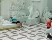 فيديو.. كاميرات المراقبة تفضح سائحا نمساويا شوه تمثالا فى متحف إيطالى