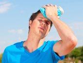 اعراض ضربة الشمس المبكرة منها الصداع وتشنج العضلات