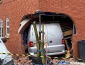 شاحنة تخترق جدار منزل وتصيب طفلا بغرفة المعيشة فى بريطانيا.. صور
