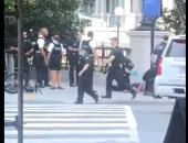 لحظة تعامل الشرطة الأمريكية مع حادث إطلاق النار بمحيط البيت الأبيض.. فيديو