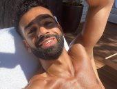 محمد صلاح يستعرض فورمة الصيف وعضلات البطن تحت أشعة الشمس.. صورة