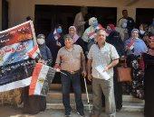 معلمو أبو النمرس يتحدون ارتفاع الحرارة للمشاركة بانتخابات الشيوخ (صور)