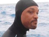 ويل سميث يخوض مغامرة جديدة بالسباحة مع أسماك القرش.. فيديو وصور