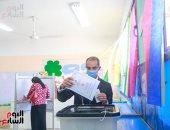 وزير الاتصالات يدلى بصوته فى انتخابات مجلس الشيوخ بالشيخ زايد.. صور