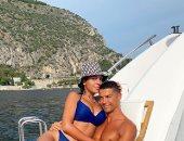 كريستيانو رونالدو يحتضن صديقته جورجينا في أحدث ظهور لهما وسط البحر.. صورة