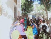 حشود مكثفة للناخبين ومشاركة للسيدات بلجان قرية برطباط في المنيا.. صور