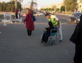 الشرطة تساعد كبار السن للإدلاء بأصواتهم فى جنوب سيناء.. صور