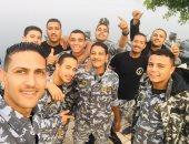 كلنا جيش مصر.. بيشوى من المنيا يشارك بصورته مع زملائه بزى الخدمة العسكرية