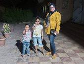 سيدة تصطحب أولاد أخيها للمشاركة بالتصويت فى انتخابات الشيوخ بالأقصر