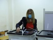 صور.. لحظة إدلاء مدير الأكاديمية الوطنية للتدريب بصوتها بانتخابات الشيوخ 2020