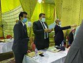 صور.. محافظ الإسكندرية يتابع فرز الأصوات بانتخابات الشيوخ من داخل اللجنة العامة