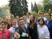 """رئيس أوكرانيا فى """"سيلفى"""" مع الطلبة المتفوقين: أذكياء ويدركون أهمية المعرفة"""
