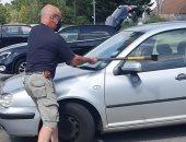 بريطاني يكسر نافذة سيارة لإنقاذ كلب من الاختناق لارتفاع درجات الحرارة.. فيديو