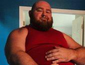 """رجل يستخدم """"كرشه"""" للفت أنظار متابعيه..يأكل 10 آلاف سعرة حرارية يوميا"""