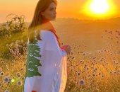 شاهد.. سيرين عبد النور تلف جسدها بعلم لبنان.. وتعلق: بحبك يا بيروت
