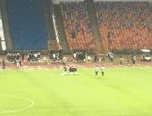 صور.. بدلاء الزمالك يؤدون الصلاة في الملعب بين شوطي المقاصة
