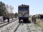 توقف حركة القطارات بقنا بسبب تصادم قطار بتروسيكل.. صور