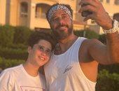 أحمد السعدني ممازحا ابنه فى صورة جديدة: راجلى طويل القامة