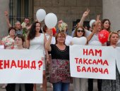 200 متظاهر يحتجون أمام مركز اعتقال زوج زعيمة المعارضة فى بيلاروسيا .. صور