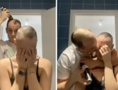 شاب يفاجئ حبيبته المصابة بالثعلبة بحلق شعره تضامنا معها