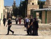 قوات الاحتلال تعتقل رئيسة الحارسات من داخل المسجد الأقصى.. فيديو