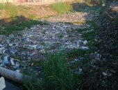 سيبها علينا.. القمامة تغلق مصرف جبارس بعزبة العوامة فى البحيرة