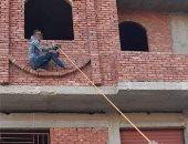 أهالى يطالبون لصًا بالقفز من أعلى مبنى فى قنا.. والأخير يرد: أنا مش سبايدر مان