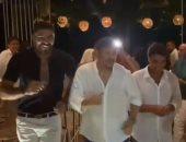 """هشام عباس وخالد سليم وحميد الشاعرى يرقصون على أغنية """"عينى"""".. فيديو"""