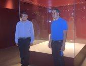 وزير الآثار وأمين السياحة العالمية يلتقطون صورا مع تمثال ميريت أمون بالغردقة